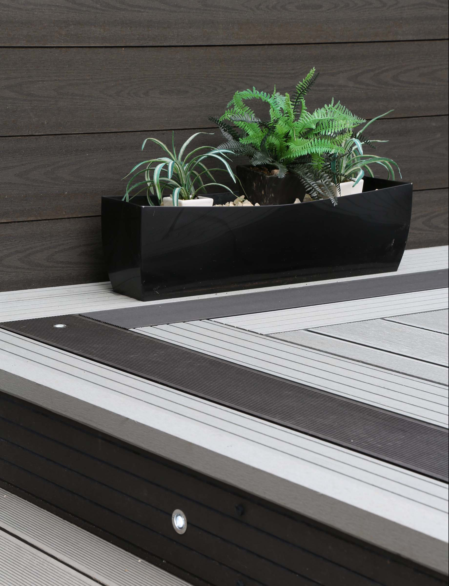 Plastic decking Vs Composite Decking.. What's the difference?
